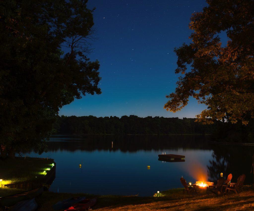 湖のほとりのキャンプ場の夜空